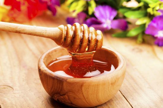 Sau khi triệt lông, bạn thoa hỗn hợp mật ong lên da, massage nhẹ nhàng trong 3-5 phút để các dưỡng chất nuôi dưỡng làn da, se khít lỗ chân lông.