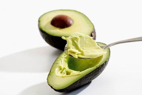 Ngoài việc sử dụng để ăn và chế biến ẩm thực, bơ còn có khả năng tẩy sạch lông nách và giảm thâm, giúp da sáng mịn