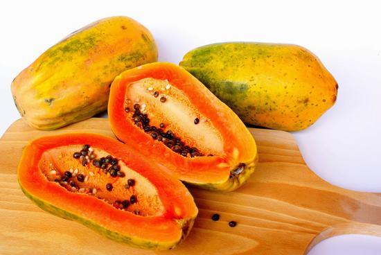Thành phần trong đu đủ có chứa nhiều vitamin A, C đã được chứng minh rằng có khả năng làm hồng môi từ bên trong.