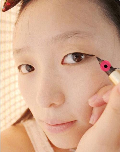 Không phải ai cũng đủ khéo léo để make-up khắc phục mắt một mí mỗi ngày.