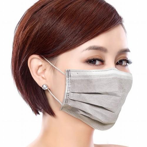 Khi ra đường hãy bảo vệ đôi môi còn nhạy cảm sau khi phun xăm bằng khẩu trang y tế.