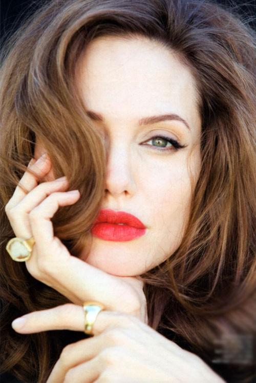 Xăm môi màu đỏ cam là một trong những bí kíp làm đẹp phổ biến của các kiều nữ trên thế giới.