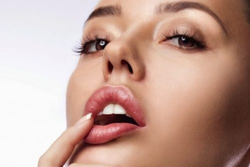 Sau xăm môi có thể xuất hiện hiện tượng sưng nhẹ song hiện tượng này sẽ biến mất sau 5-7 ngày