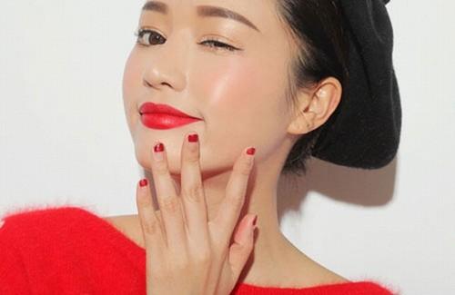 Màu môi đỏ cam giúp bạn trẻ trung và rạng rỡ dù ở bất kỳ đâu.