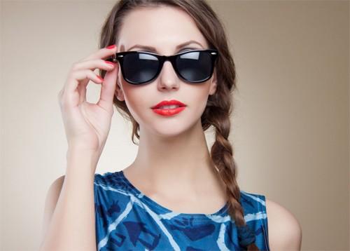 Sau phun xăm thẩm mỹ bạn cần che chắn cho đôi mắt trước sự tác động của ánh nắng mặt trời.