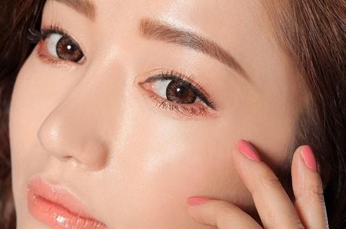 Sử dụng mực phun xăm hóa học có thể khiến da vùng lông mày bị kích ứng gây ngứa ngáy.