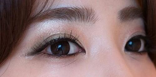 Sau khi phun xăm mí mắt bạn có thể sẽ xuất hiện hiện tượng sưng nhẹ.