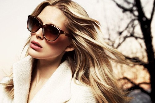 Để bảo vệ đôi mắt sau khi phun xăm mí bạn cần sử dụng kính mũ khi ra ngoài đường.