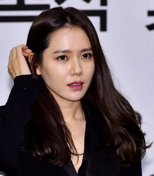 """Khác biệt với thần thái đầy mê hoặc của """"nữ hoàng sexy"""" Lee Hyori, đôi môi mềm mại hình trái tim của So Ye Jin lại giúp gương mặt người đẹp trở nên thanh thoát và ngọt ngào hơn rất nhiều."""