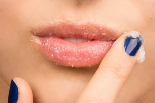 Tẩy da chết thường xuyên là bí kíp giúp bạn nhanh chóng lấy lại sắc hồng cho đôi môi.