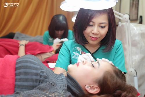 Phun xăm lông mày theo đúng kĩ thuật không hề đau, sưng hay khó chịu.
