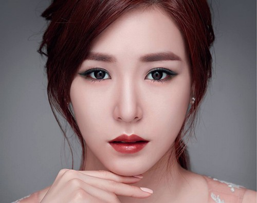 Lông mày ngang kiểu Hàn Quốc phù hợp với gương mặt thon dài, làn da trắng. Đây là kiểu lông mày được phụ nữ châu Á vô cùng yêu thích.