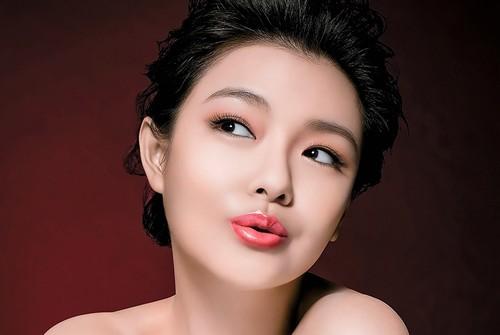Lông mày cánh cung phù hợp với nhiều kiểu gương mặt đem tới cho chị em nét cá tính rất riêng nhưng vẫn giữ được nét ngọt ngào đầy nữ tính.