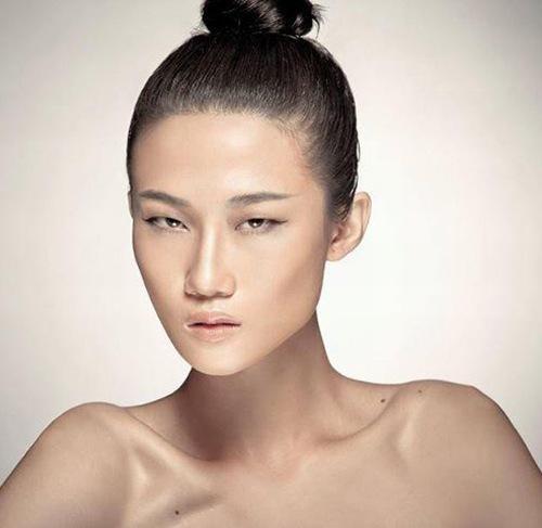 Mắt một mí khiến gương mặt của bạn trở nên nặng nề và thiếu sức sống.