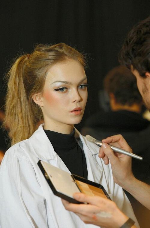 Người có đôi mắt cụp nên vẽ mí mắt vểnh lên để mắt trở nên rạng rỡ hơn.
