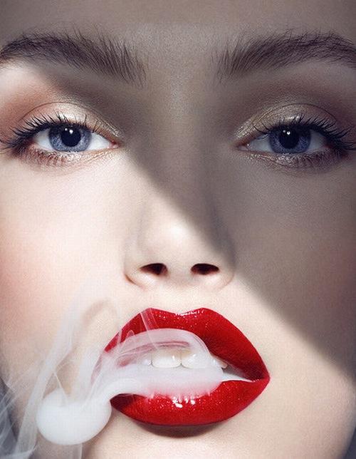 Lạm dụng son môi và các chất kích thích như thuốc lá, cafe cũng có thể gây nên tình trạng thâm đen môi.