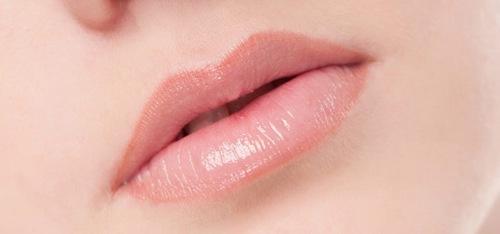 Sau khi tiến hành xử lý môi thâm bạn có thể phun xăm bất kỳ màu môi nào mình thích.