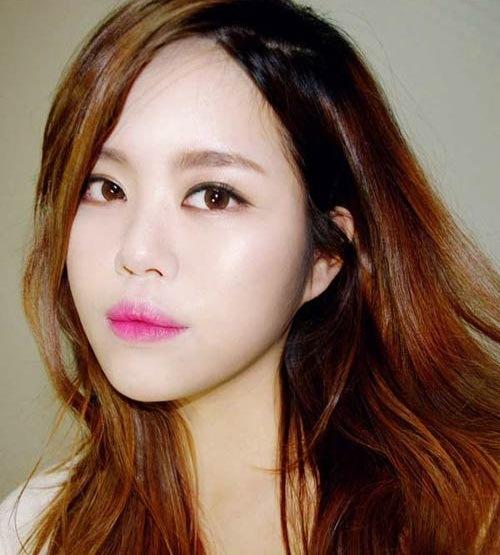 Phun môi màu hồng cánh sen được phái đẹp Hàn vô cùng yêu thích.