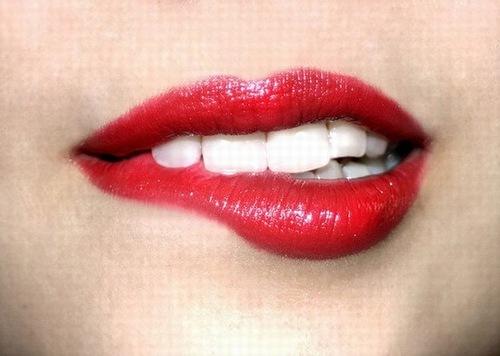 Phun môi pha lê giúp bạn sở hữu đôi môi căng mọng, lấp lánh ánh pha lê.