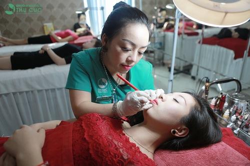 Để màu môi lên chuẩn đẹp sau phun xăm bạn nên đến làm đẹp tại các cơ sở có uy tín.