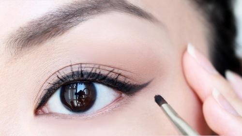 Trên thực tế không phải ai cũng đủ khéo léo để kẻ được đôi mắt sắc sảo mà vẫn giữ được sự thanh mảnh đầy cuốn hút.