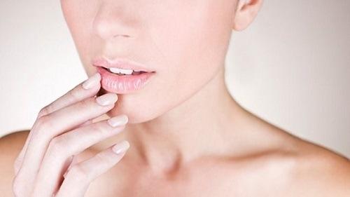 Phun môi màu cam đào sẽ giúp bạn khắc phục tình trạng môi nhợt nhạt, thiếu sức sống.