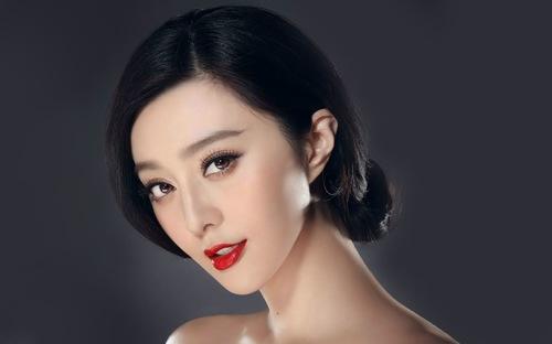 Phun môi màu đỏ tươi là cách đơn giản nhất để bạn trở nên quyến rũ hơn.