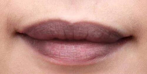 Nếu bạn đang tự ti với đôi môi thâm xỉn hay thiếu cân đối thì hãy thực hiện phun môi pha lê.