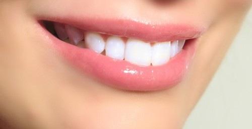 Phun môi pha lê giúp nụ cười của bạn thêm xinh tươi rang rỡ.