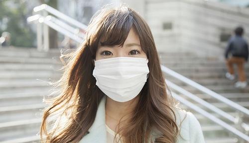 Sau khi phun môi bạn nên chú ý sử dụng khẩu trang để tránh tia UV làm hại tới môi.