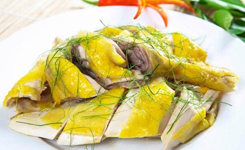 Thịt gà có thể là nguyên nhân gây ngứa, làm tổn thương vùng da môi còn đang nhạy cảm sau phun xăm.
