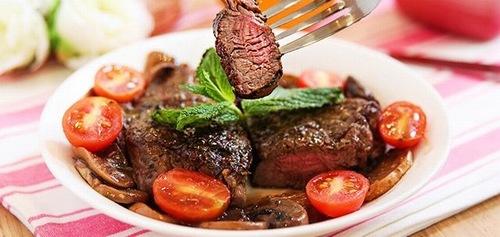 Ăn thịt bò giai đoạn vừa phun môi xong có thể sẽ khiến môi bị thâm xỉn, lên màu không như ý.