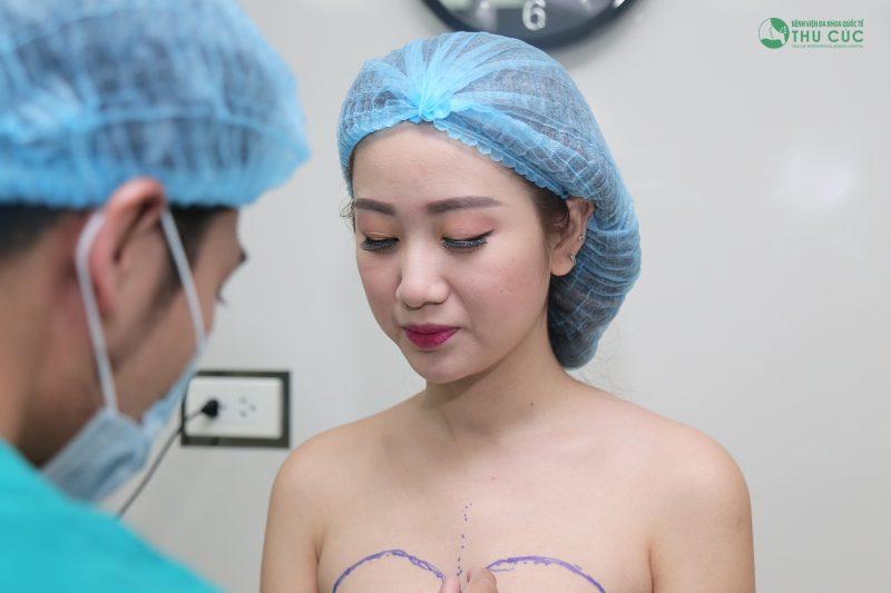phẫu thuật nâng ngực nội soi có đau không
