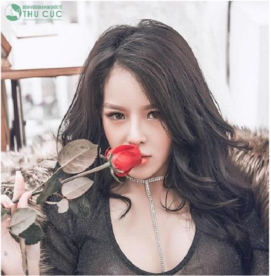 Nâng ngực kết hợp nâng mũi là cách mà nhiều bạn trẻ lựa chọn để tân trang nhan sắc. Cô bạn Nguyễn Nhung trở nên quyến rũ và hấp dẫn hơn sau thẩm mỹ.