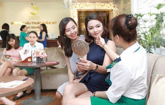 Thu Cúc Sài Gòn đón rất nhiều lượt khách tới để được tư vấn và thực hiện nâng mũi S line trong dịp đầu năm mới.