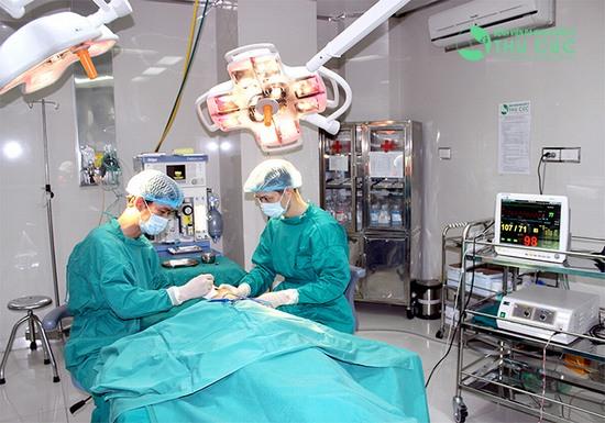 Quy trình nâng mũi diễn ra trong phòng mổ vô khuẩn 1 chiều hiện đại
