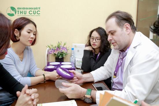 Các bác sĩ nước ngoài trực tiếp tư vấn và thực hiện phẫu thuật