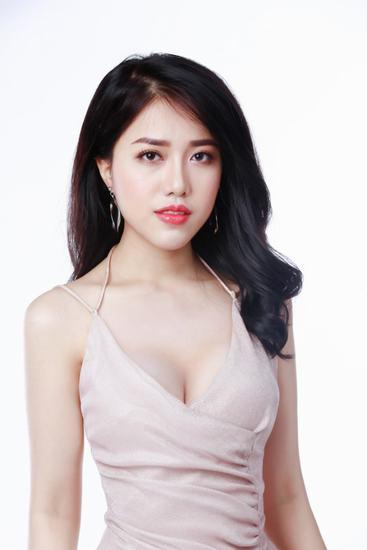 Số đo vòng một 86 cm giúp Khánh Linh thêm tự tin và quyến rũ.
