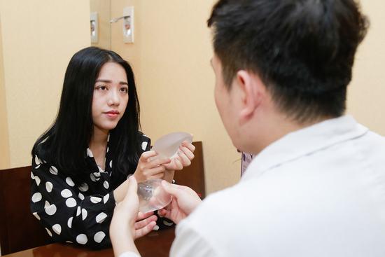 Ca sĩ Phùng Khánh Linh trải nghiệm quy trình nâng ngực