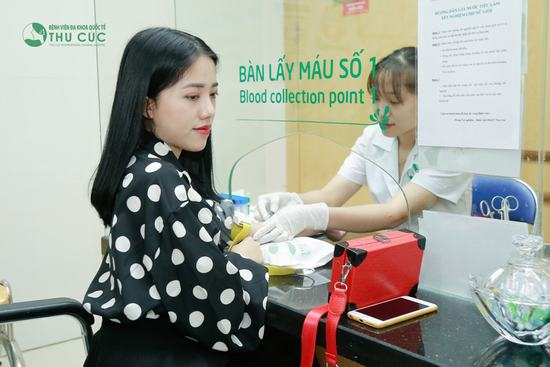 Xét nghiệm máu là bước quan trọng đầu tiên quyết định khách hàng có đủ điều kiện thực hiện phẫu thuật nâng ngực hay không.