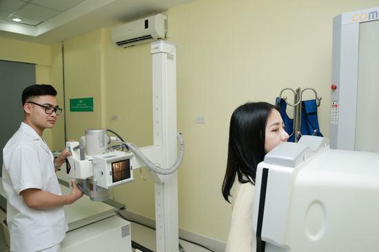 Cuối cùng là chụp X-quang. Nếu những bước trên hoàn thành và bác sĩ kết luận bạn đủ sức khỏe để thực hiện nâng ngực, bạn sẽ được vệ sinh vô trùng cơ thể và bước vào ca phẫu thuật.