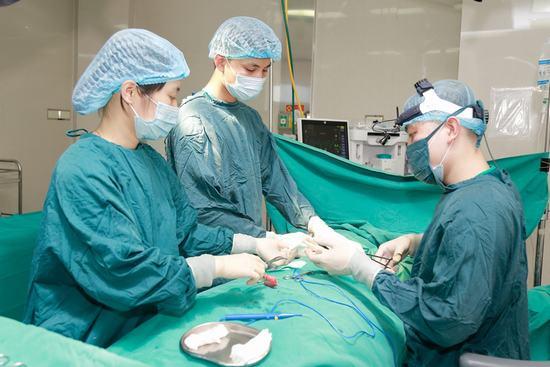 Khánh Linh chọn nâng ngực bằng túi nanochip Ergonomic. Toàn bộ quá trình nâng ngực diễn ra nhanh chóng trong 60 phút tại phòng mổ vô khuẩn một chiều an toàn tuyệt đối.