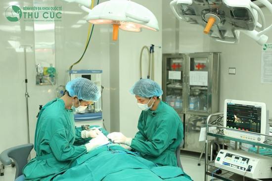 Quy trình phẫu thuật được diễn ra bài bản, khoa học, trong phòng mổ vô khuẩn 1 chiều hiện đại
