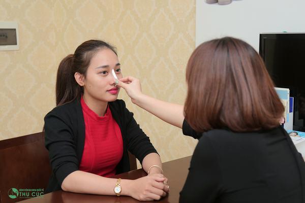 Bác sĩ thăm khám, tư vấn về phương pháp nâng mũi