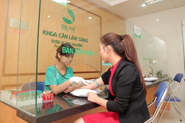 Khách hàng được kiểm tra sức khỏe tổng quát để đảm bảo đủ điều kiện thực hiện phẫu thuật