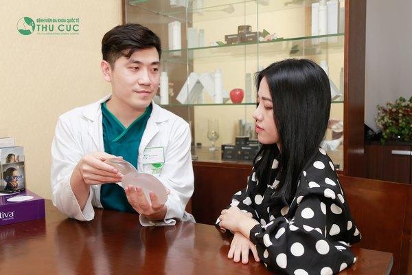 Khách hàng được giới thiệu, kiểm tra túi ngực Nano Chip trước khi thực hiện phẫu thuật