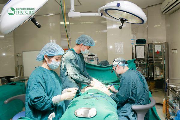 Quy trình phẫu thuật nâng ngực được thực hiện trong phòng mổ vô khuẩn 1 chiều hiện đại