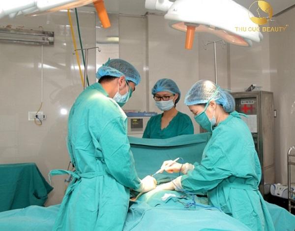 Khách hàng được các bác sĩ thẩm mỹ hàng đầu thực hiện phẫu thuật