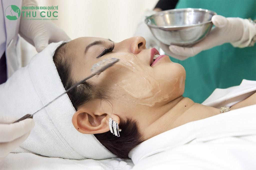 Thoa gel vùng mặt khi thực hiện nâng cơ xóa nhăn