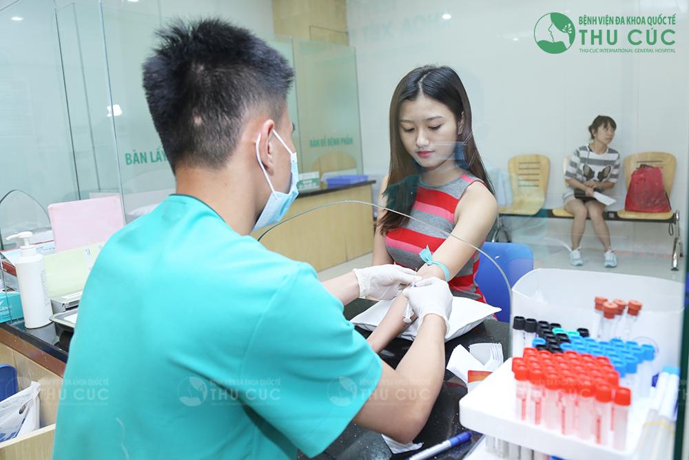 Khách hàng được kiểm tra sức khỏe trước khi phẫu thuật